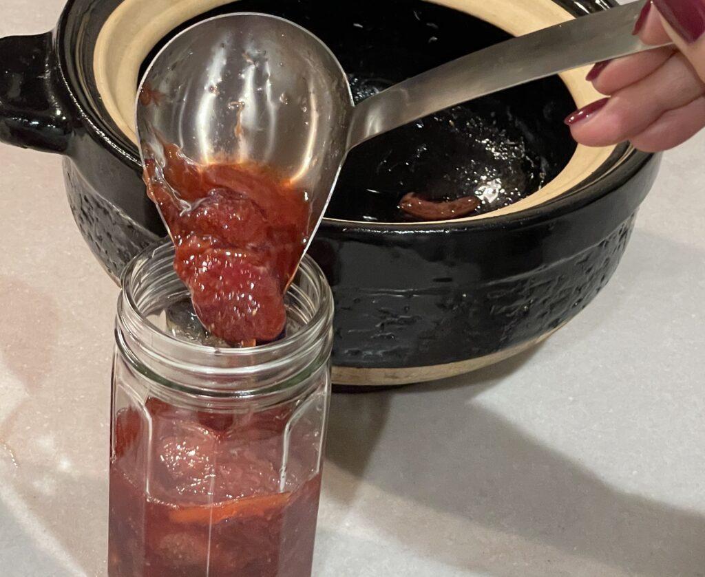 土鍋から空き瓶にジャム入れる