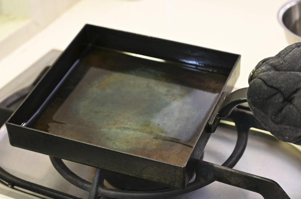 卵焼き器に油をなじませる
