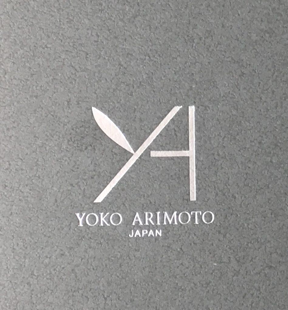 グレーの箱にシルバーの箔押しで YAブランドのロゴマーク YOKO ARIMOTO と書かれています