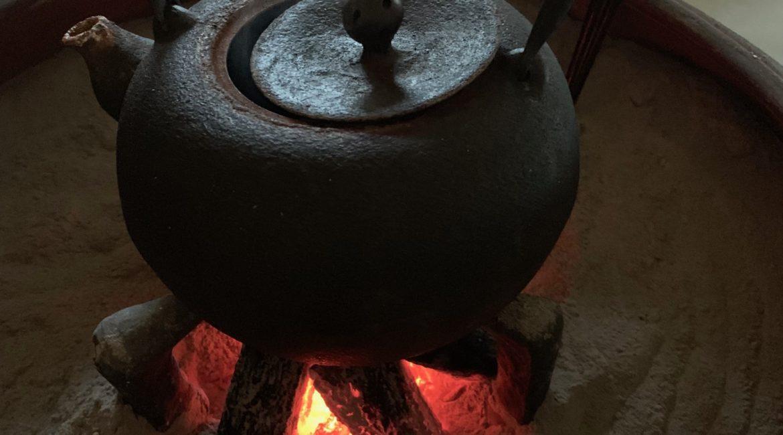 火鉢を使って鉄瓶でお湯を湧かしているところ