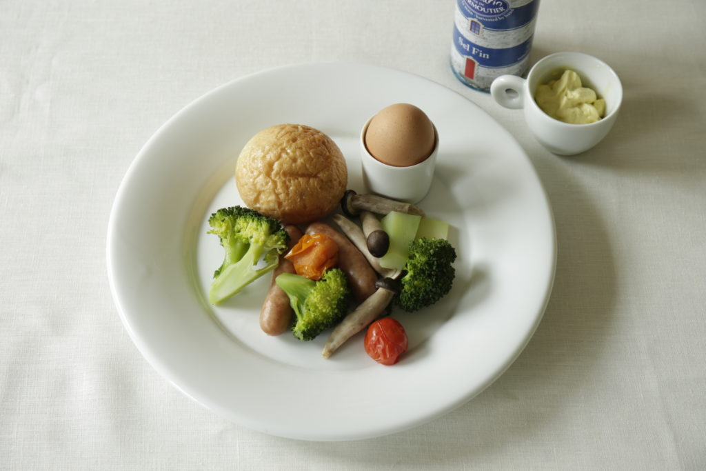 蒸したパン、野菜、卵を一皿に盛り付けた朝食。塩とバターを添えてます。