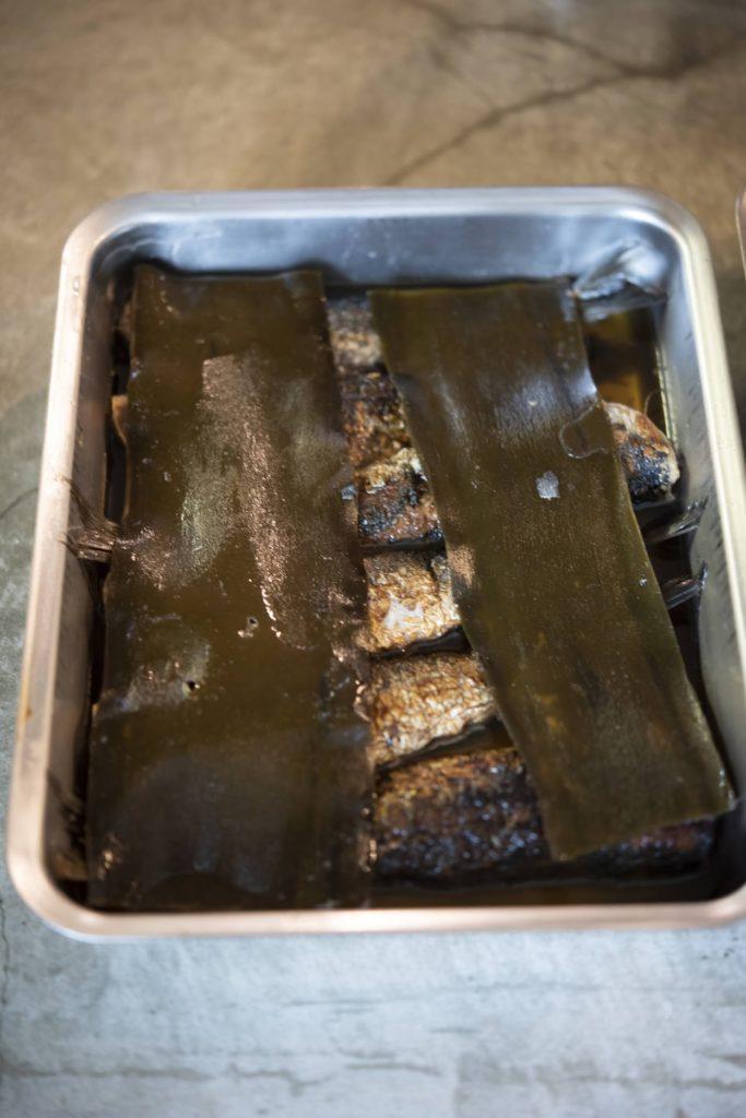 labase(ラバーゼ)の角バットの中に昆布でしめた焼き鰯がある