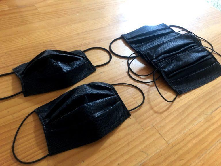 机の上に置かれた黒の手作りプリーツ不織布マスク