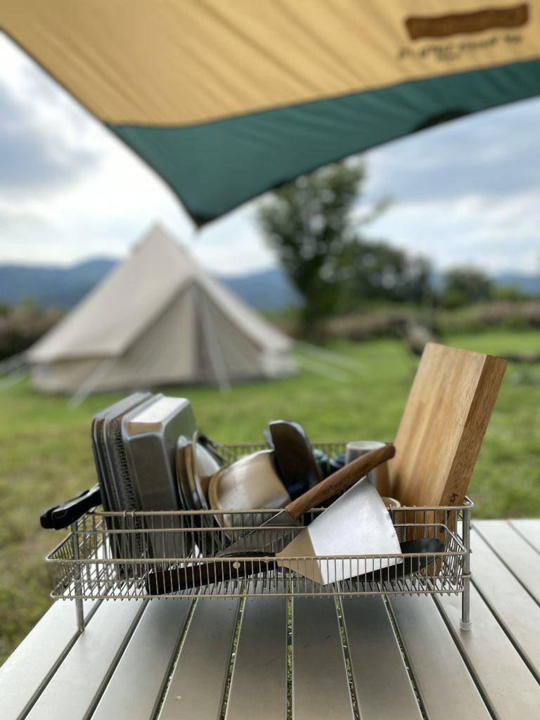 キャンプでの調理道具の設置場所はlabaseの水切りカゴにしてみました