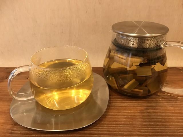ティーポットに入ったまこも茶