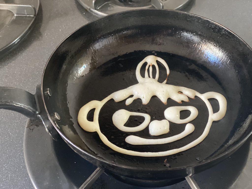 labase鉄のフライパンでお絵かきホットケーキを焼いている